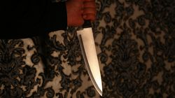 '유령의 집'에 놀러 간 한 여성이 진짜 칼로 옆 사람을 찌르게 된 이상한