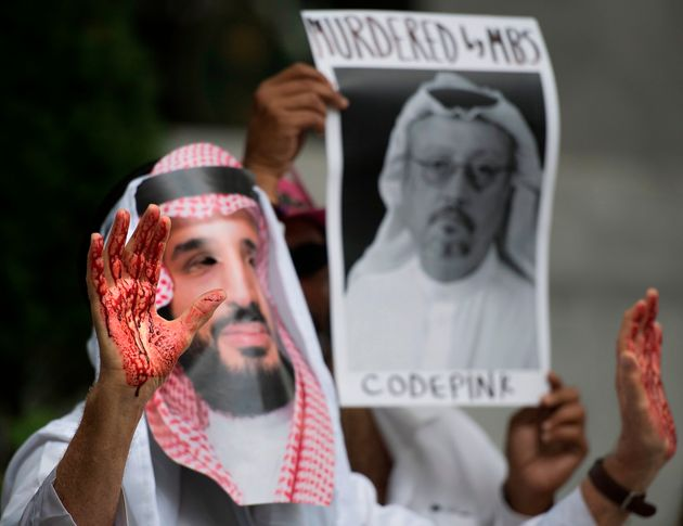 무함마드 빈 살만(MBS) 사우디아라비아 왕세자의 가면을 쓴 시위대가 미국 워싱턴DC에 위치한 사우디 대사관 앞에서 자말 카쇼기 기자 실종 사건에 대한 시위를 벌이고 있다. 2018년