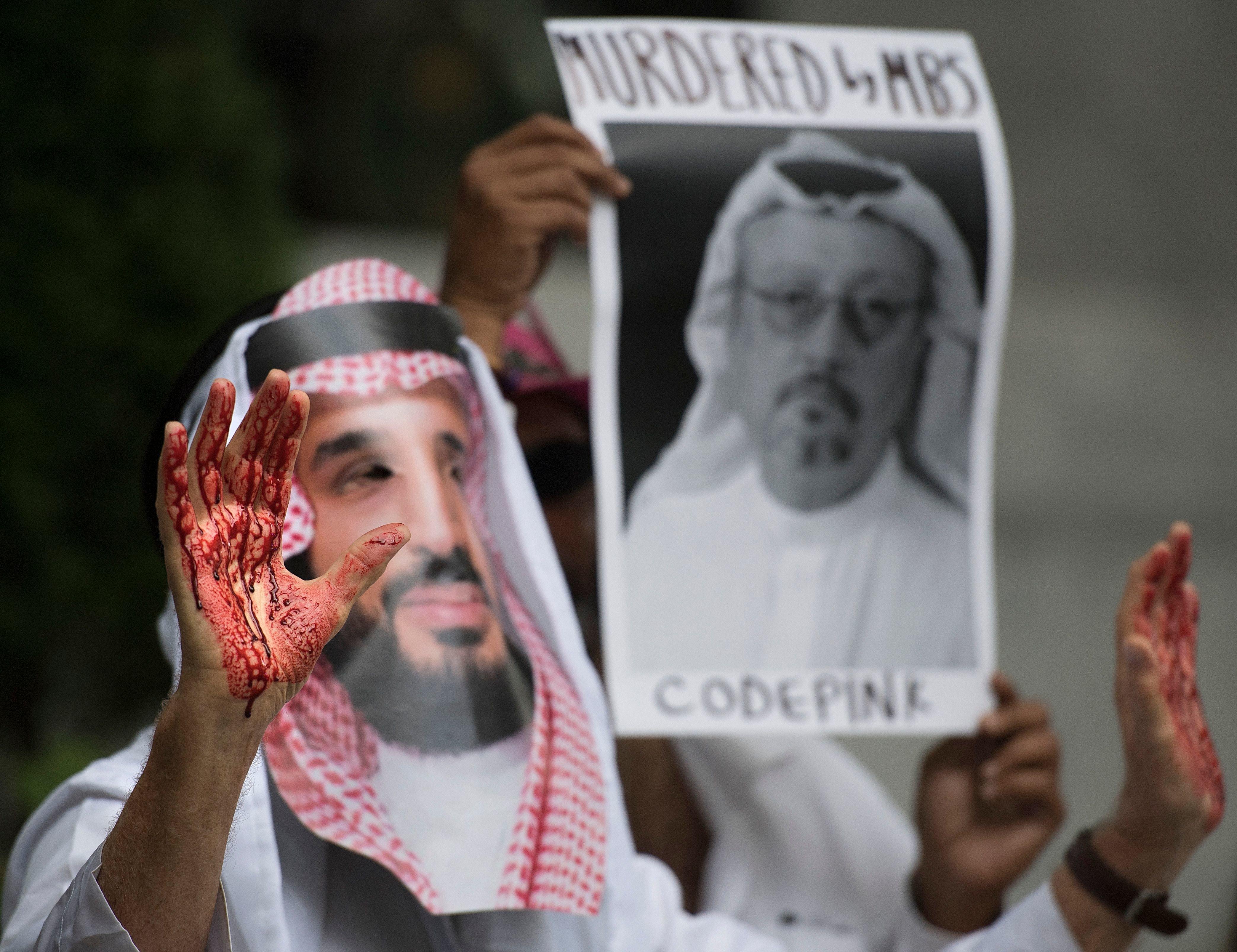 무함마드 빈 살만(MBS) 사우디아라비아 왕세자의 가면을 쓴 시위대가 미국 워싱턴DC에 위치한 사우디 대사관 앞에서 자말 카쇼기 기자 실종 사건에 대한 시위를 벌이고 있다. 2018년 10월8일.