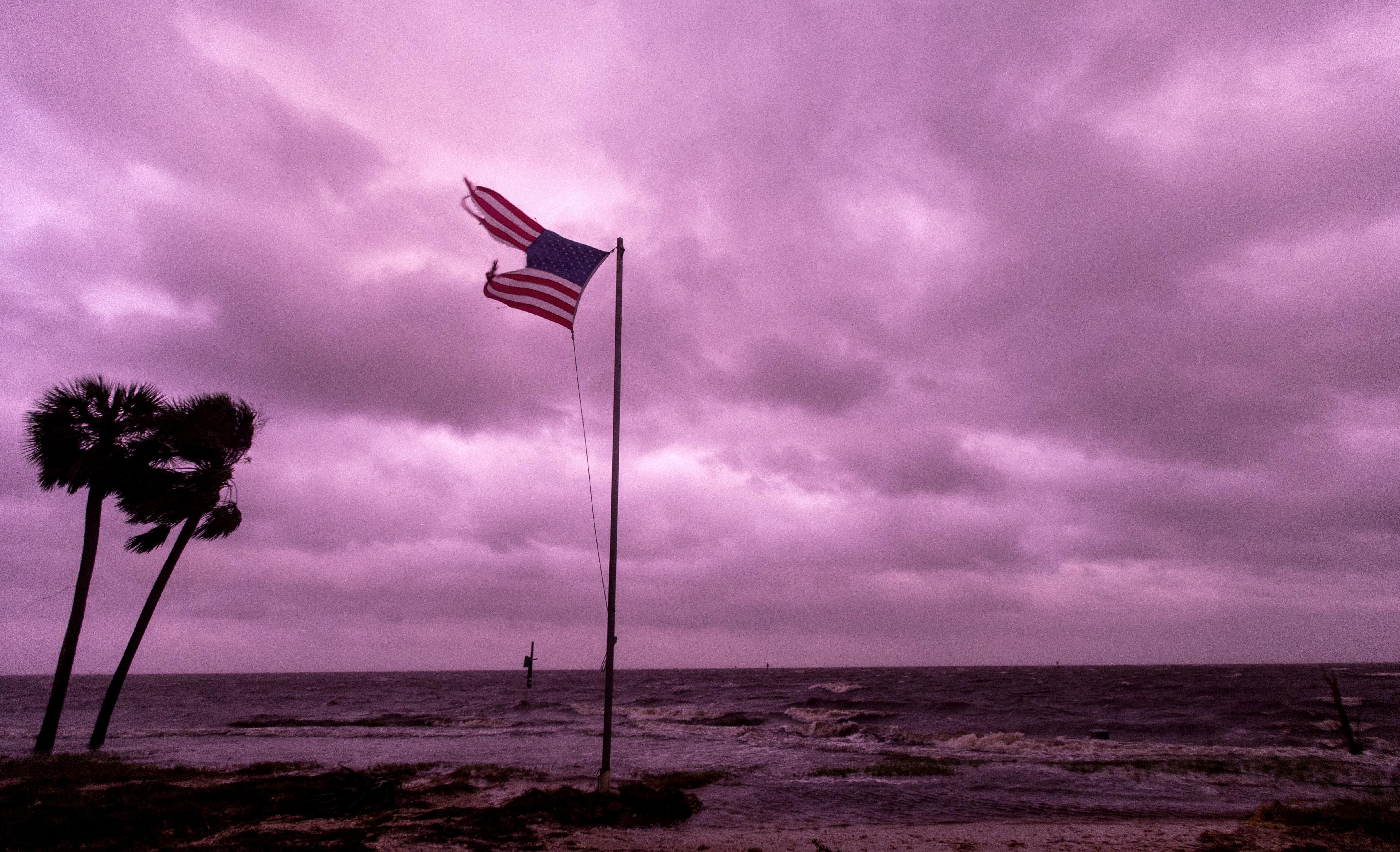 Ο τυφώνας «Μάικλ» σάρωσε τη Φλόριντα με ανέμους 249xιλ/ώρα αφήνοντας πίσω μια διαλυμένη πολιτεία (vid-pics)