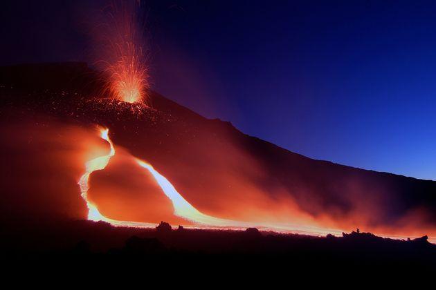 Το ηφαίστειο της Αίτνα καταρρέει γλιστρώντας προς τη θάλασσα του Ιονίου με τον κίνδυνο να προκαλέσει