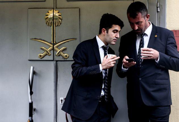 Des employés devant le consulat saoudien à Istanbul, le 11 octobre