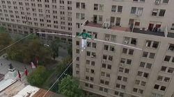 Au Chili, un acrobate marocain marche sur un câble 50 mètres au-dessus du vide