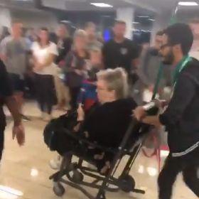 Rollstuhlfahrerin wird aus Flugzeug geworfen und die Passagiere