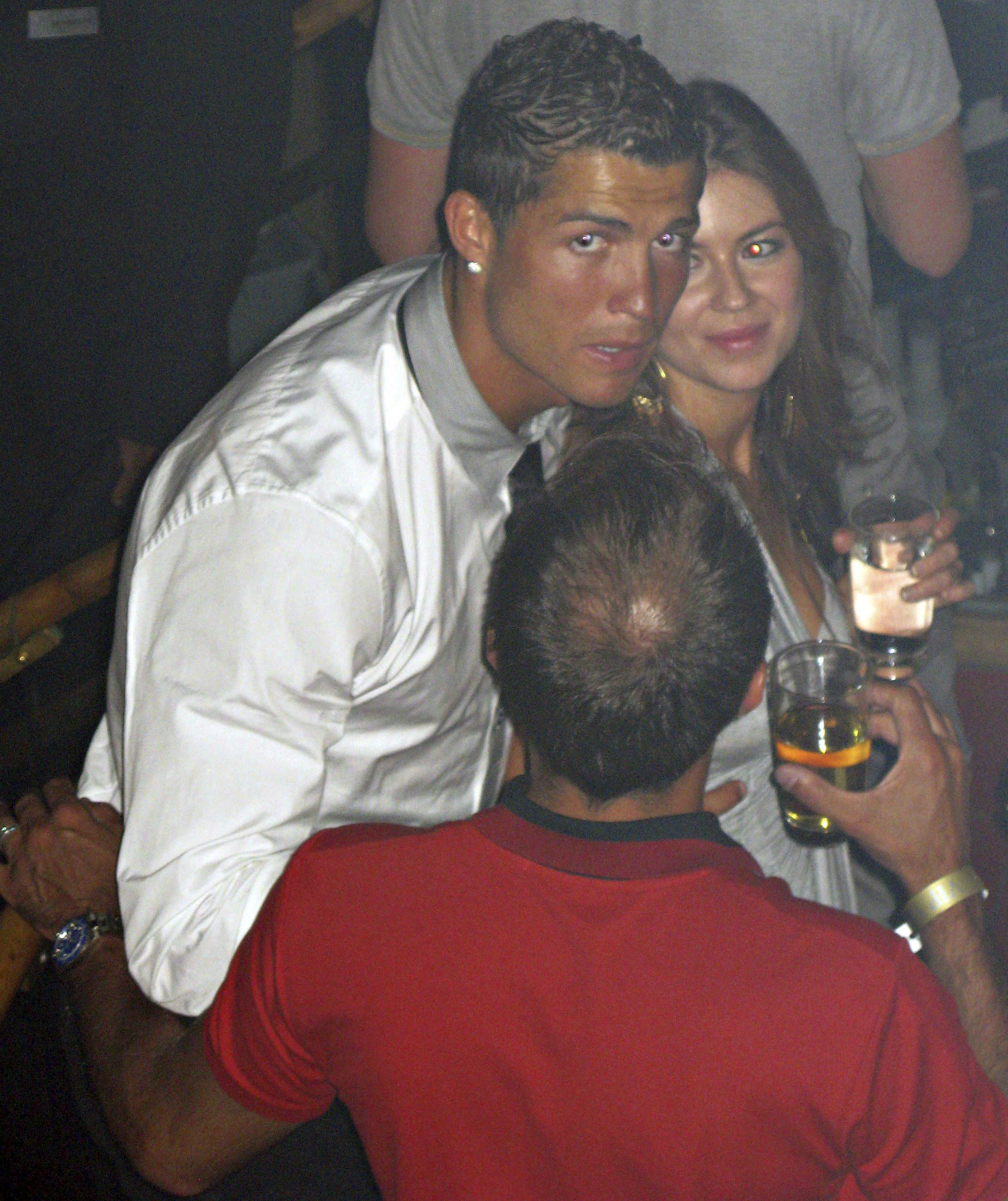 En esta foto de junio de 2009 suministrada a la Associated Press el viernes 5 de octubre de 2018, Cristiano Ronaldo aparece junto a Kathryn Mayorga en el club nocturno Rain en Las Vegas. (Matrixpictures via AP) NO SALES NO ARCHIVE MANDATORY CREDIT