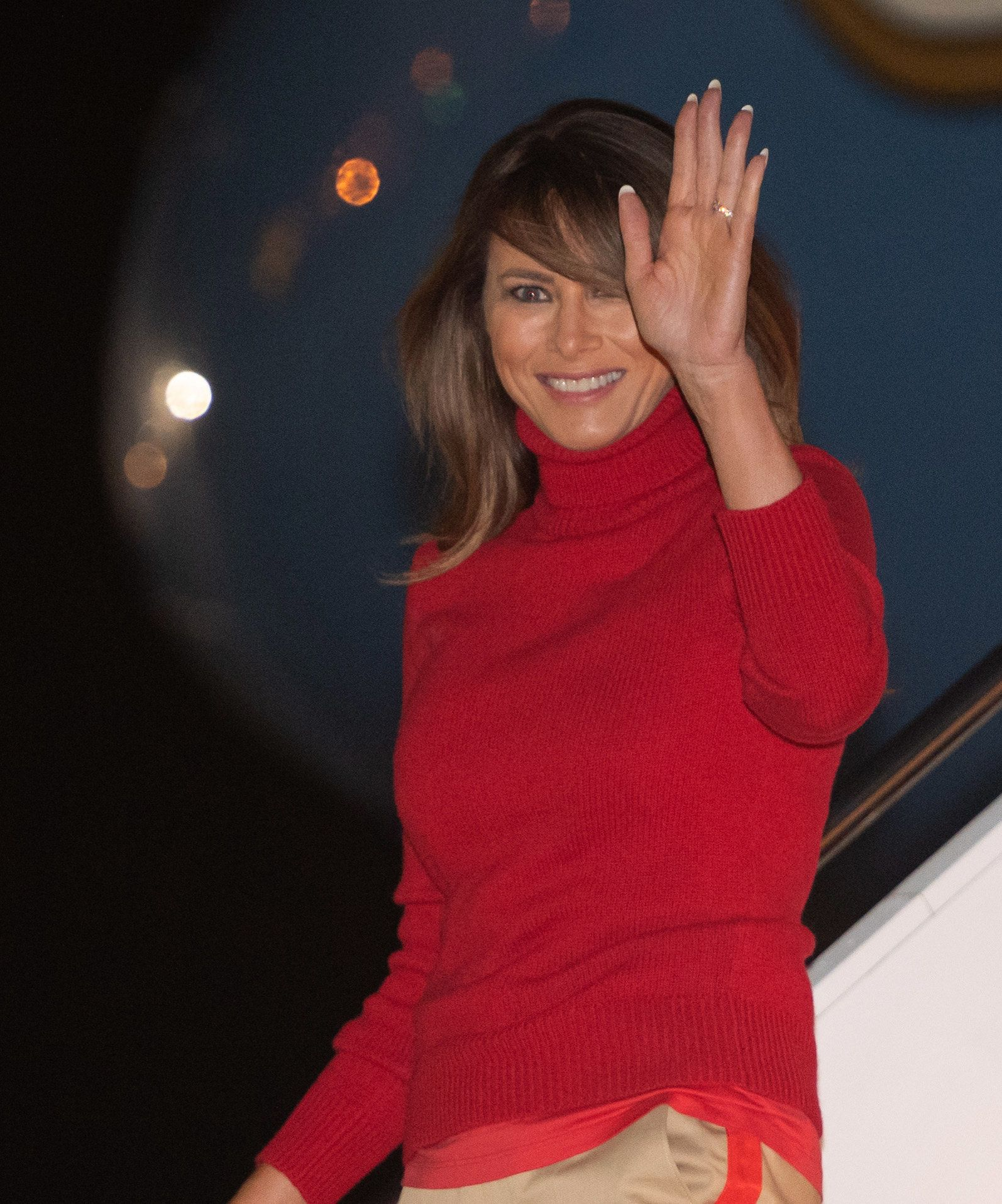 US First Lady Melania Trump waves as she disembarks from a military aircraft upon arrival at Joint Base Andrews in Maryland, early on October 7, 2018, following a six-day, four-country tour of Africa. (Photo by SAUL LOEB / AFP)        (Photo credit should read SAUL LOEB/AFP/Getty Images)