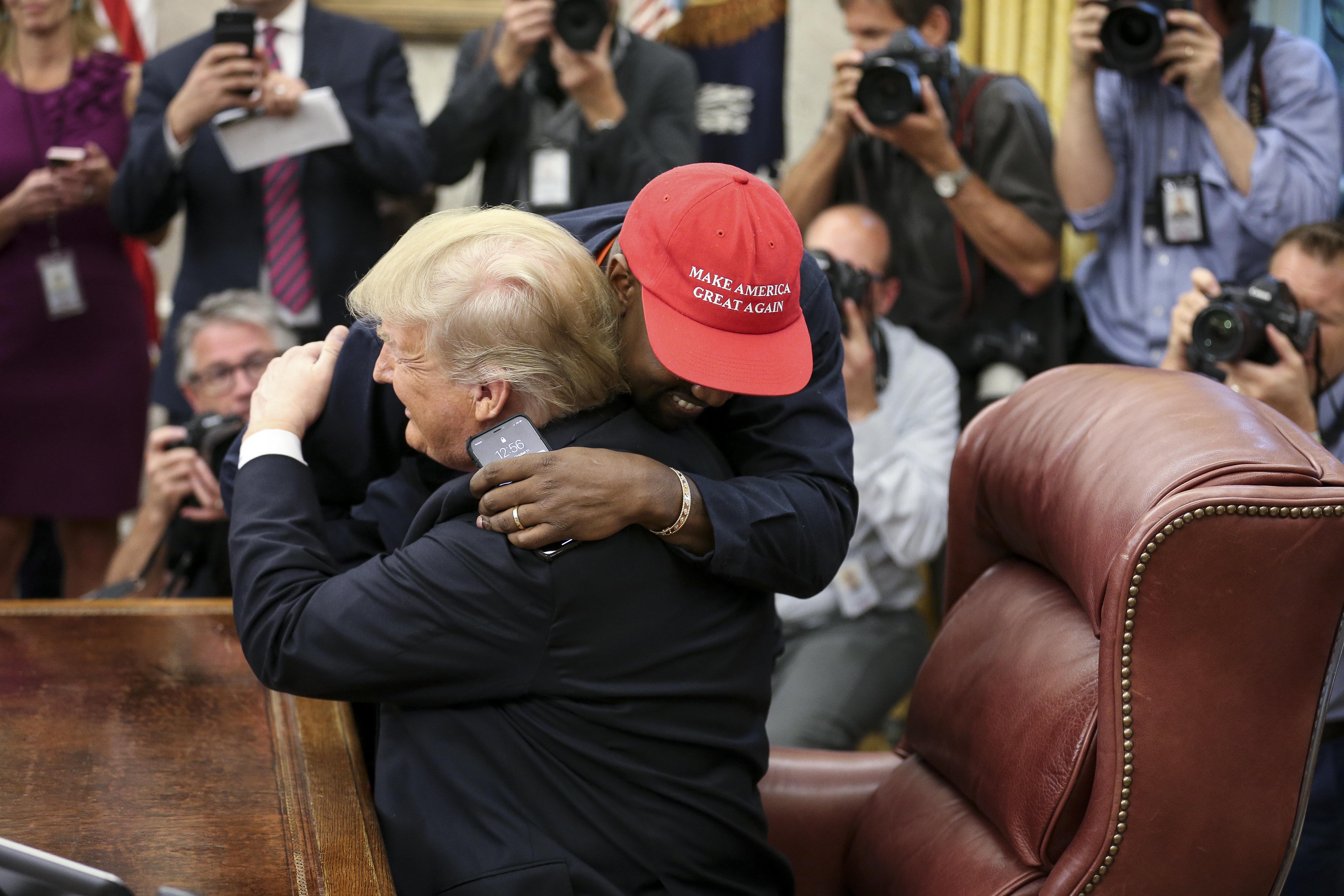 Το twitter «γλεντάει» τη σουρεάλ αγάπη Ντόναλντ Τραμπ -Κάνιε Γουέστ. H πρόταση για το iplane 1 και το καπέλο του Σούπερμαν