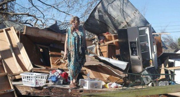 Νεκροί, εγκλωβισμένοι και επιζώντες στα συντρίμμια που άφησε πίσω του ο τυφώνας
