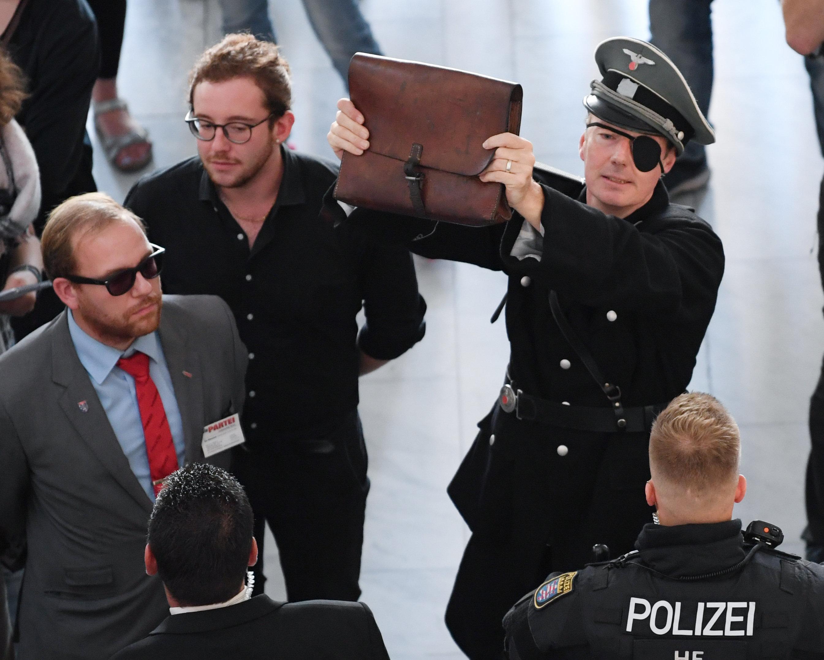 In Stauffenberg-Uniform: Satiriker Sonneborn taucht bei Höcke-Lesung