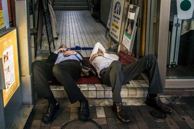 Οι άστεγοι με τα κοστούμια. Η νέα μάστιγα στην
