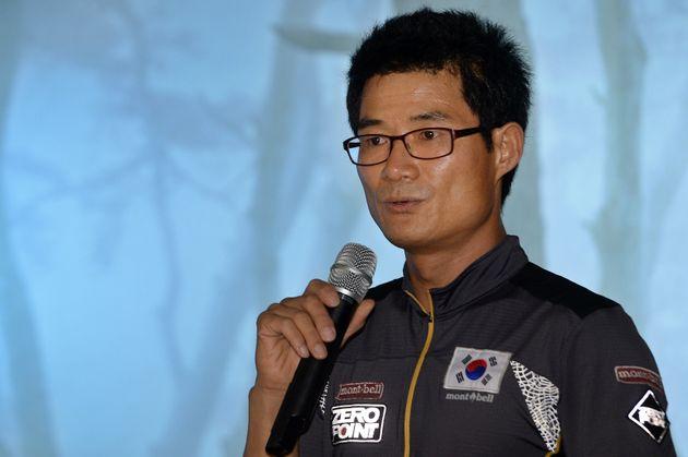 김창호 대장이 2013년 7월3일 서울 광화문 파이낸스빌딩에서 기자회견을 열고 무산소 등정으로 히말라야 8000m급 14좌를 세계 최단 기간 완등한 경험담을 소개하고 있다.