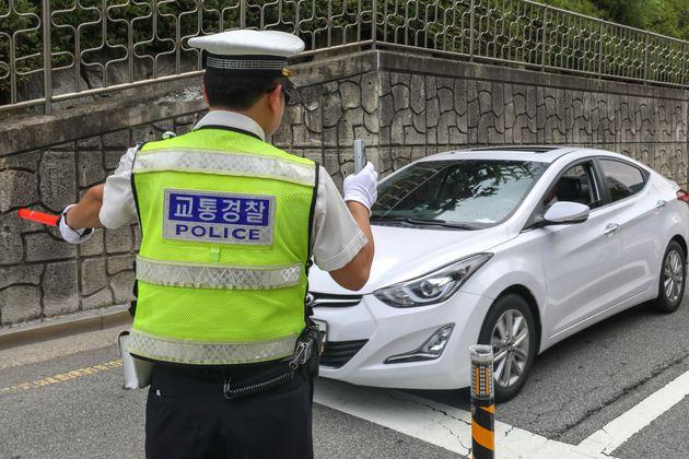 경찰이 음주운전 단속을 하고 있다.
