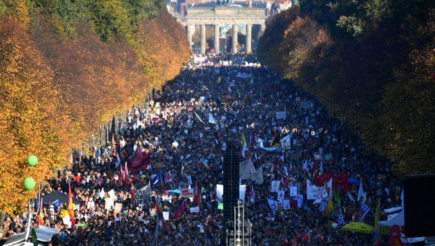 Βερολίνο: Δεκάδες χιλιάδες άνθρωποι στη διαδήλωση κατά του ρατσισμού και της