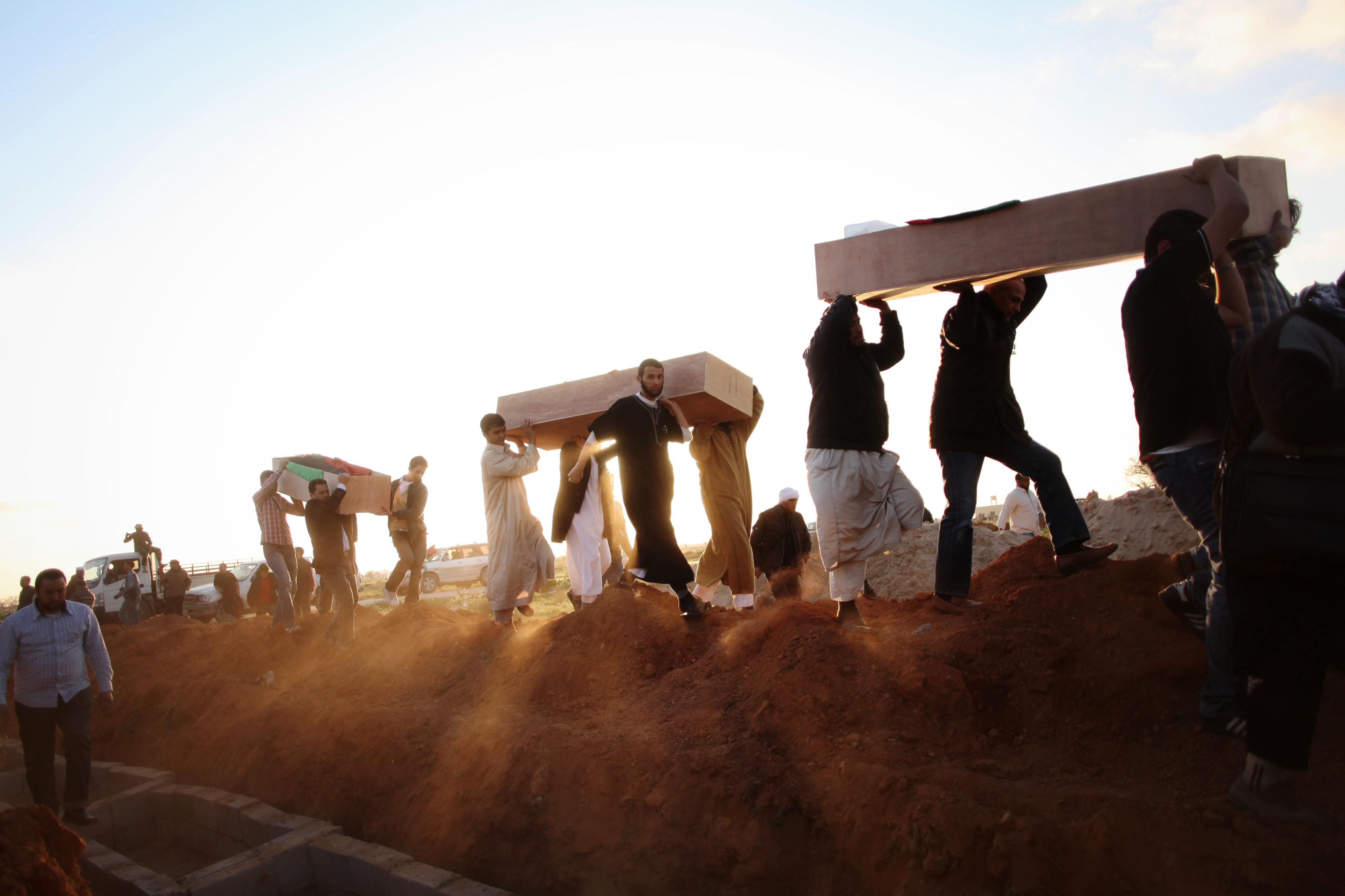 110 πτώματα ανασύρθηκαν από ομαδικό τάφο σε πόλη της Λιβύης που ήταν προπύργιο του Ισλαμικού