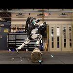 마음대로 이동할 수 있는 (따라서 인간을 더 쉽게 사냥할 수 있는) 로봇이