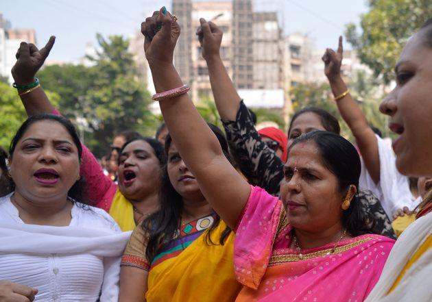 11일 인도 활동가들이 경찰서 바깥에서 발리우드 남자 배우 나나 파테카르(Nana Patekar)의 성폭력을 고발한 여성 배우 타누쉬리 두타(Tanushree Dutta)에 대한 지지를...