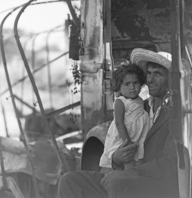 Un père et ses deux fillettes de la ville portuaire de Bizerte se mettent à l'abri du soleil...