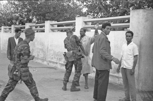 Des soldats français fouillent un homme arabe dans les rues de Bizerte après avoir envahi...