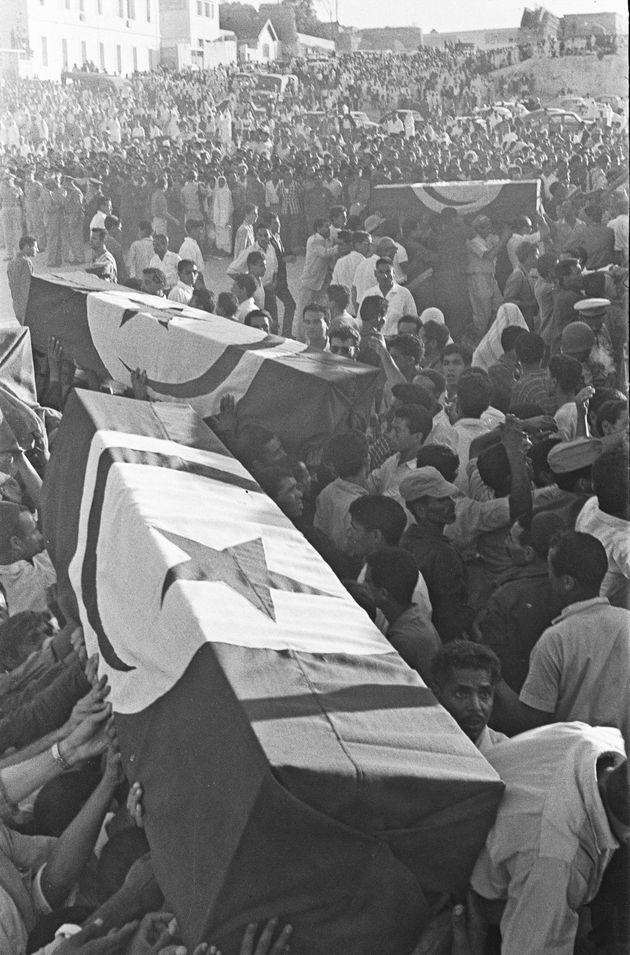 Les cercueils des victimes de la bataille de Bizerte ont été vus ici en train d'être...