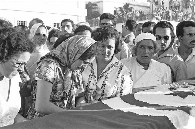 Des personnes en deuil lors d'un service funéraire offert aux victimes de la bataille de Bizerte...