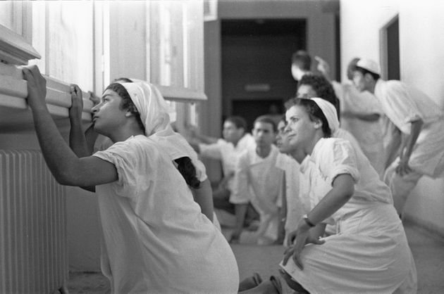 Des infirmières se cachent dans les couloirs de l'hôpital du district de Bizerte alors que...