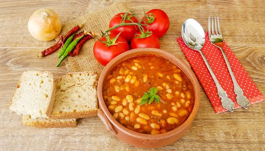 Μεσογειακή ή διεθνή κουζίνα. Τι τρώνε οι Έλληνες που εμπιστεύονται περισσότερο τη μαμά τους για τη