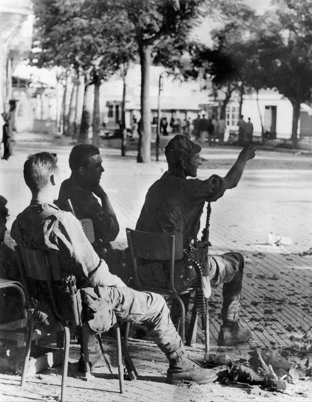 Des soldats français se détendent après l'annonce du cessez-le-feu à Bizerte,...