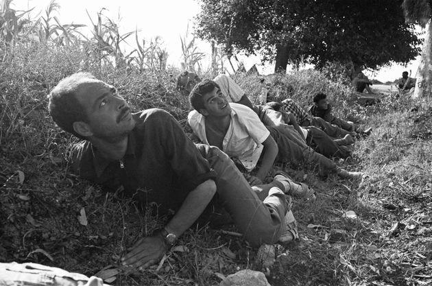 Des réfugiés de la ville portuaire tunisienne de Bizerte cherchent à s'abriter dans...