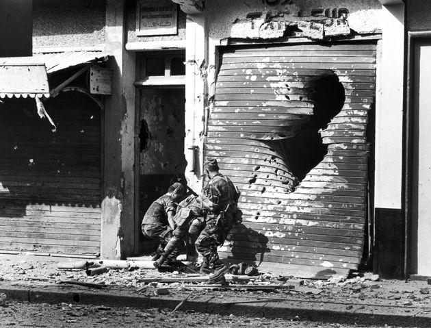 Guerre de Bizerte en Tunisie en 1961 - Évacuation d'un soldat blessé derrière le...