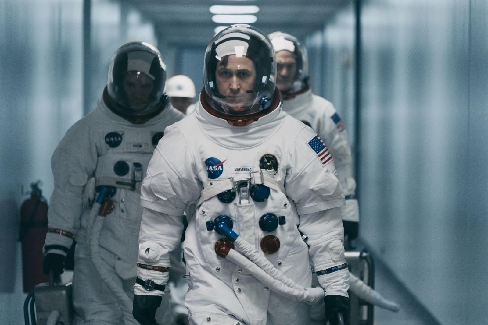 """<p>Damien Chazelle, réalisateur de """"La La Land"""", dirige à nouveau Ryan Gosling dans le rôle de l'astronaute Neil Armstrong qui, meurtri par la mort de sa fille, se jette corps et âme dans sa mission spatiale. Si la mise en scène est spectaculaire, rappelant les meilleures heures de Spielberg par exemple, le voyage émotionnel est lui moins palpitant.<br />Copyright : Universal Pictures </p>"""
