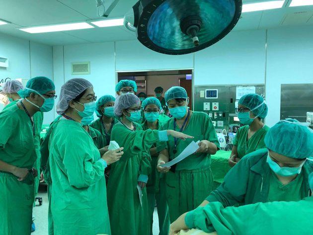 대만의 의료진 30여명이 한밤중에 수술실에 모인