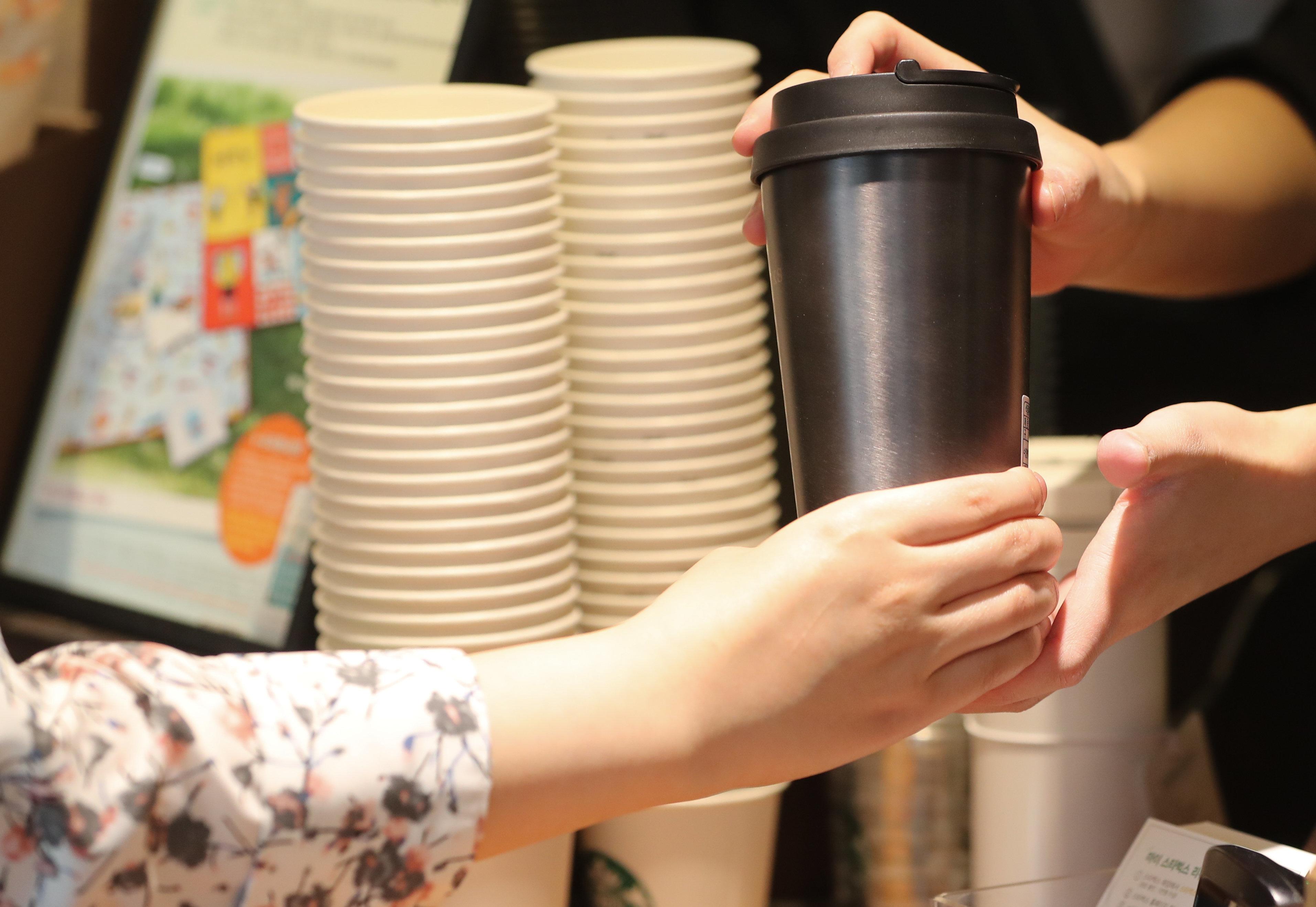 스타벅스와 서울시가 서울 시내에 일회용 컵 수거함을