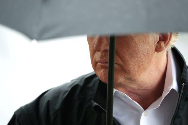 도널드 트럼프 미국 대통령이 플로리다주 허리케인 피해 상황을 점검하기 위해 떠나기에 앞서 백악관 앞에서 기자들의 질문을 받고 있다. 2018년