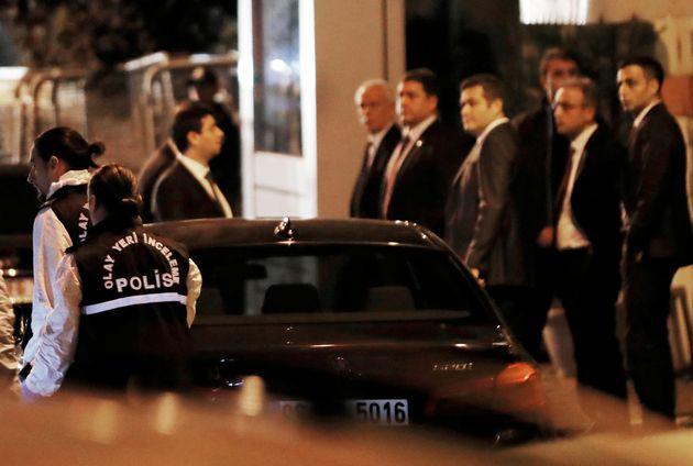 터키 경찰 감식 전문가들이 이스탄불에 위치한 사우디아라비아 총영사관에 도착하는 모습. 사건 발생 13일 만이다. 2018년