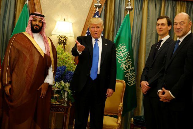 도널드 트럼프 미국 대통령과 재러드 쿠슈너 백악관 선임고문(오른쪽에서 두 번째)이 트럼프 정부 첫 해외 순방국인 사우디아라비아에서 무함마드 빈 살만(MBS) 왕세자와의 회동 직후 기자들의...