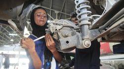 Au Pakistan, une mécanicienne déboulonne les