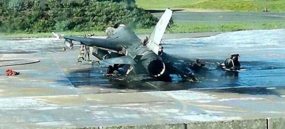 Techniker wartet Kampfjet und feuert versehentlich Kanone
