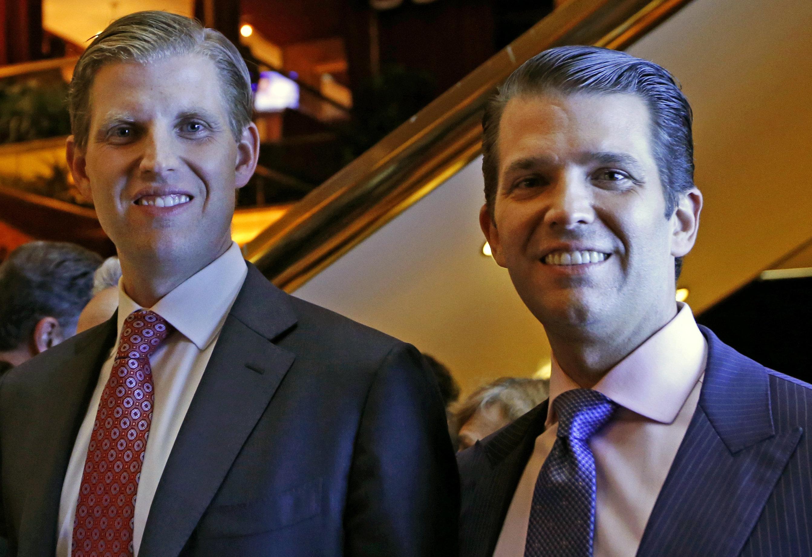 Eric Trump, izquierda, y Donald Trump Jr., vicepresidentes ejecutivos de The Trump Organization, posan para una foto en un evento para los Hoteles Scion, una división de los hoteles Trump, el lunes 5 de junio del 2017, en Nueva York. (AP Foto/Kathy Willens)