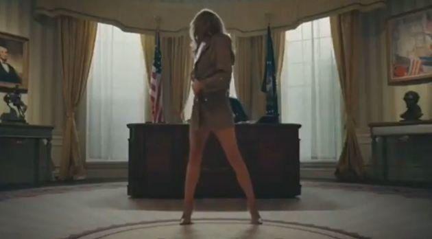 Η «Μελάνια Τραμπ» κάνει στριπτίζ στο Οβάλ Γραφείο: Το βίντεο που εξόργισε την Πρώτη Κυρία των