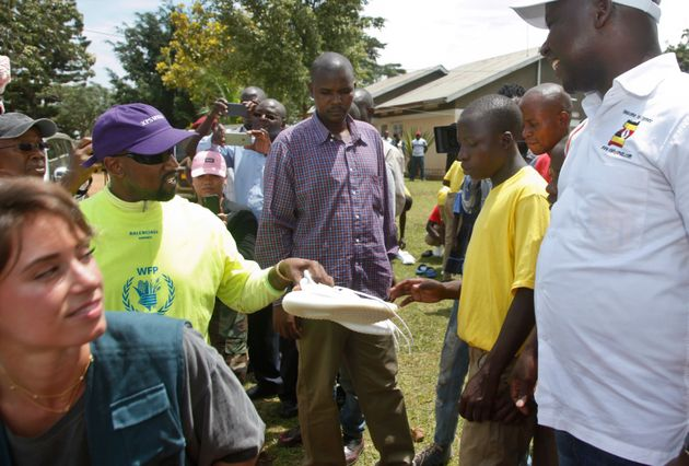 카니예 웨스트가 우간다 어린이들에게 이지 부스트를