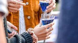 To μπλε κρασί που σπάει την παράδοση στη Χώρα των