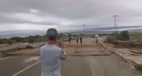 À cause de la pluie: Le pont reliant Feriana à Majel Bel Abbes se disloque en direct devant des passants médusés