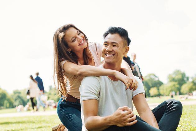 아시아계 남성과 백인 여성을 커플로 캐스팅하는 건