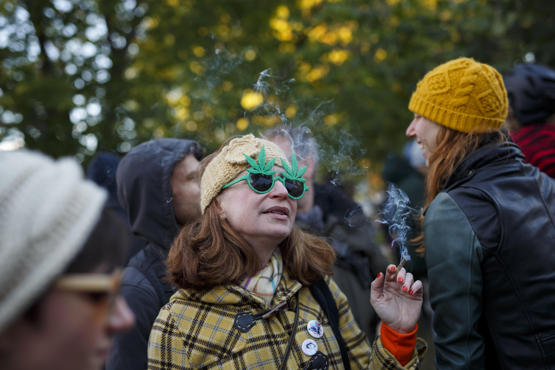 마리화나 합법화 첫날을 맞이한 캐나다 사람들의