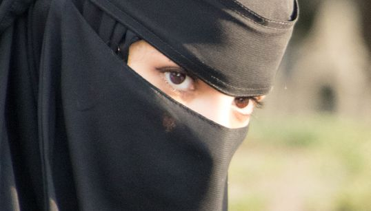 Ouyahia ordonne l'application de l'interdiction du port du niqab aux fonctionnaires et agents