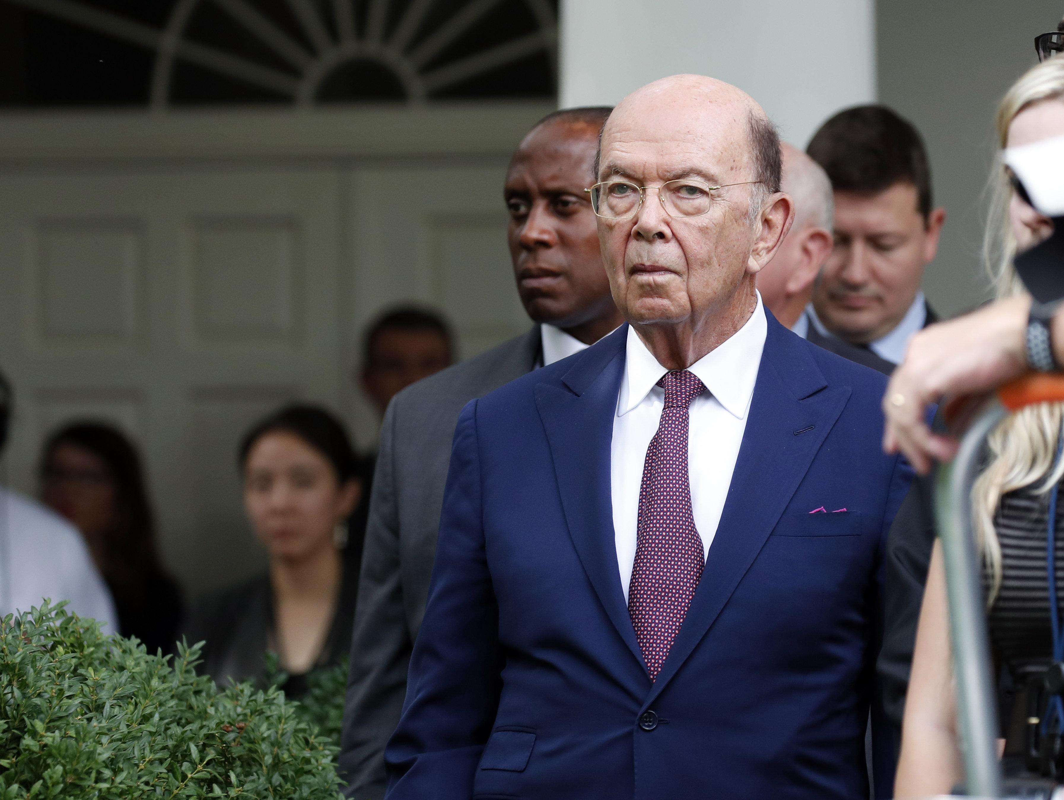 ARCHIVO - En esta fotografía de archivo del 25 de julio de 2018, el secretario de Comercio Wilbur Ross está en la rosaleda de la Casa Blanca en Washington. (AP Foto/Alex Brandon, Archivo)