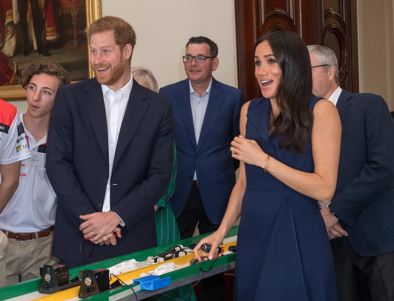 Royals: Meghan und Harry spielen mit Rennautos, dann knallt