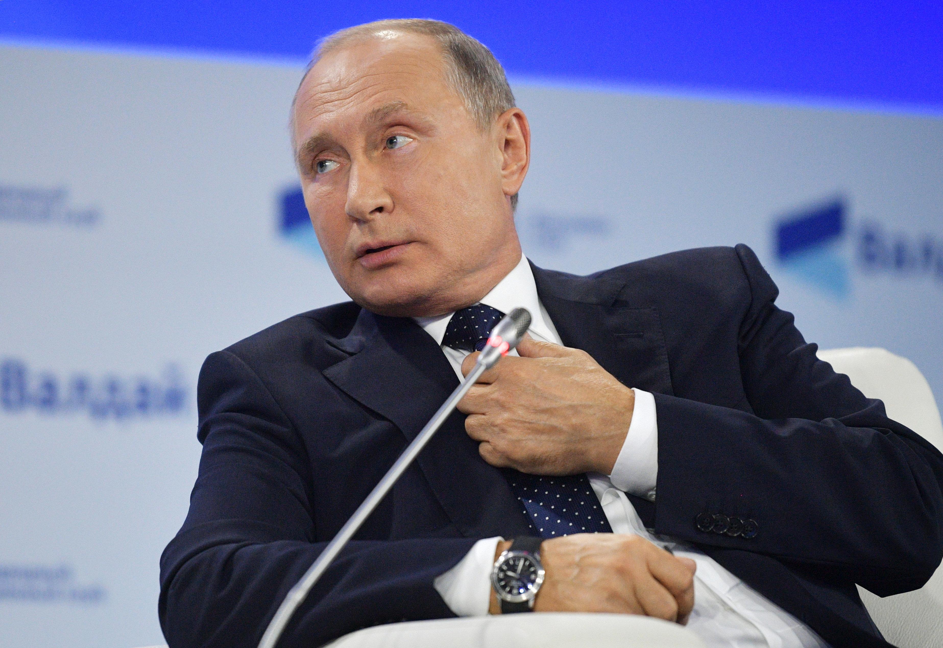 El presidente ruso Vladimir Putin hace declaraciones durante una reunión del Club Internacional de Discusión Valdai en Sochi, Rusia, el jueves 18 de octubre de 2018. (Alexei Druzhinin, Sputnik, Pool del Kremlin vía AP)
