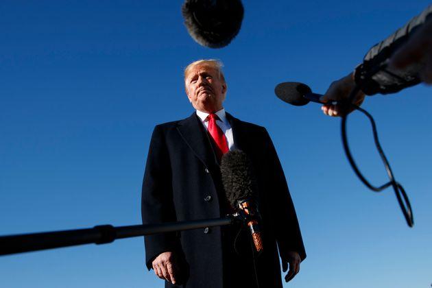 도널드 트럼프 미국 대통령이 전용기 '에어포스원'에 오르기 전 기자들의 질문을 받고 있다. 2018년