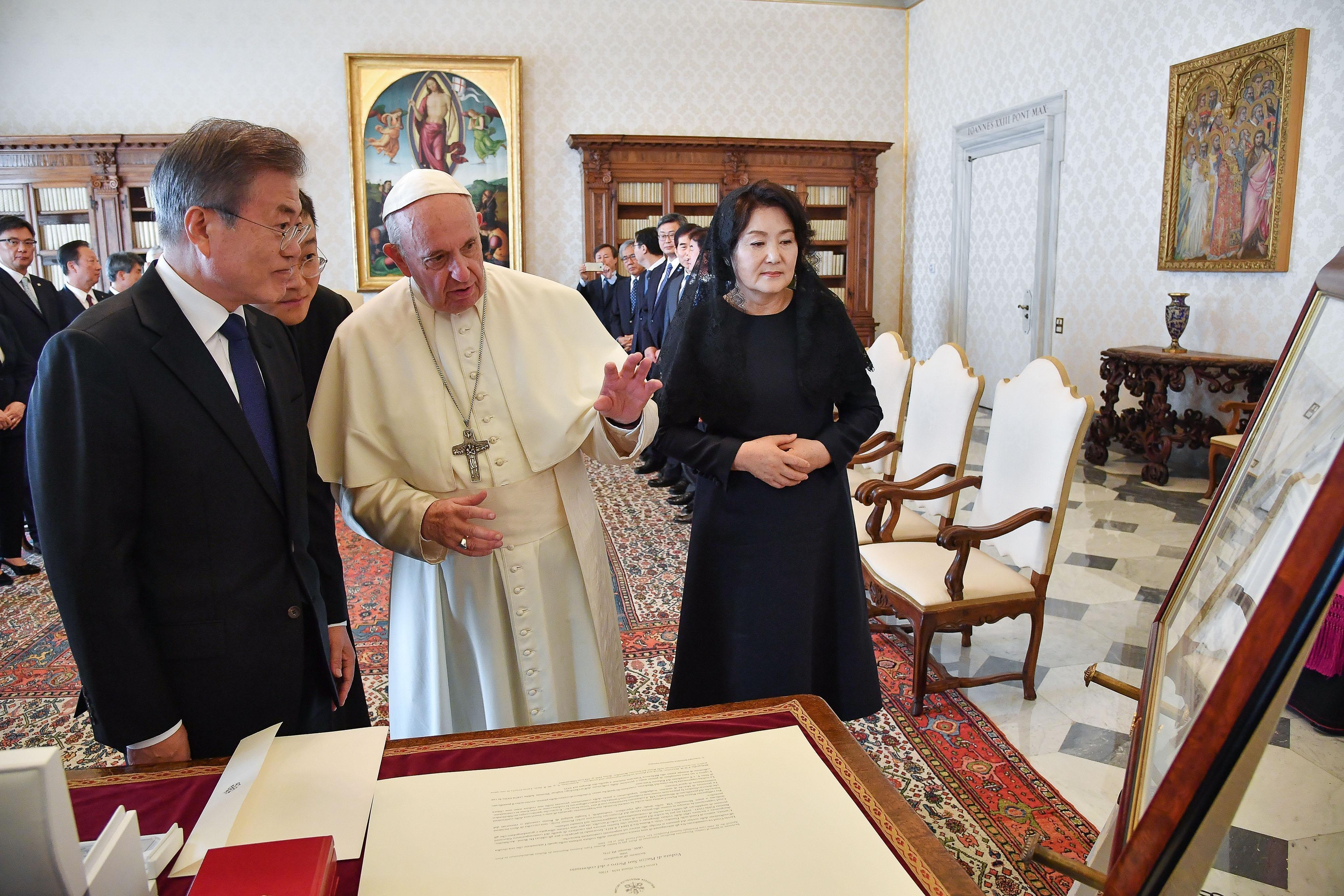 교황 방북은 문대통령이 둔 '신의 한 수'라는 평가가